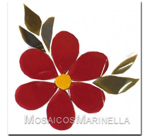Flor vermelha com pétalas redondas e folhas