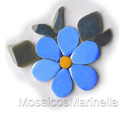Flor azul hortência com pétalas redondas e folhas
