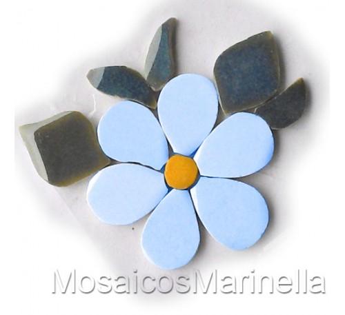 Flor azul claro com pétalas redondas e folhas