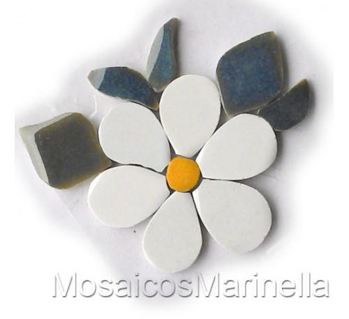 Flor branca com pétalas redondas e folhas